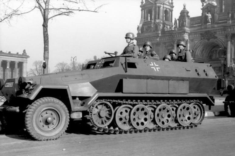 0688-Bundesarchiv_Bild_101I-801-0664-37,_Berlin,_Unter_den_Linden,_Schutzenpanzer