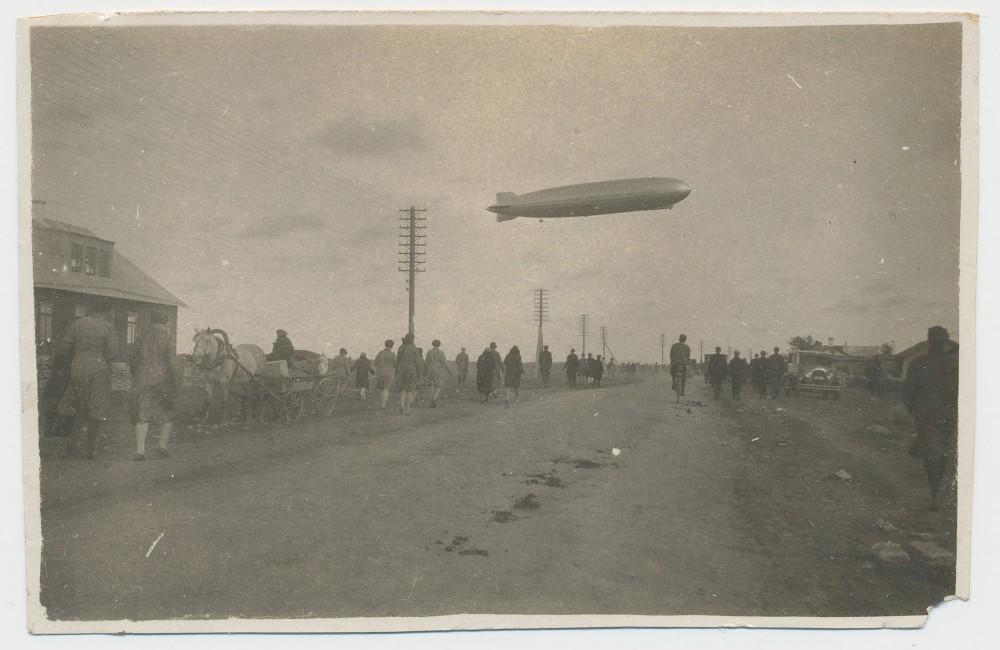 Zeppelin-Lasnamae-kohal-09-1930-fotorg-Boris-Einberg-postiajalugu-ee